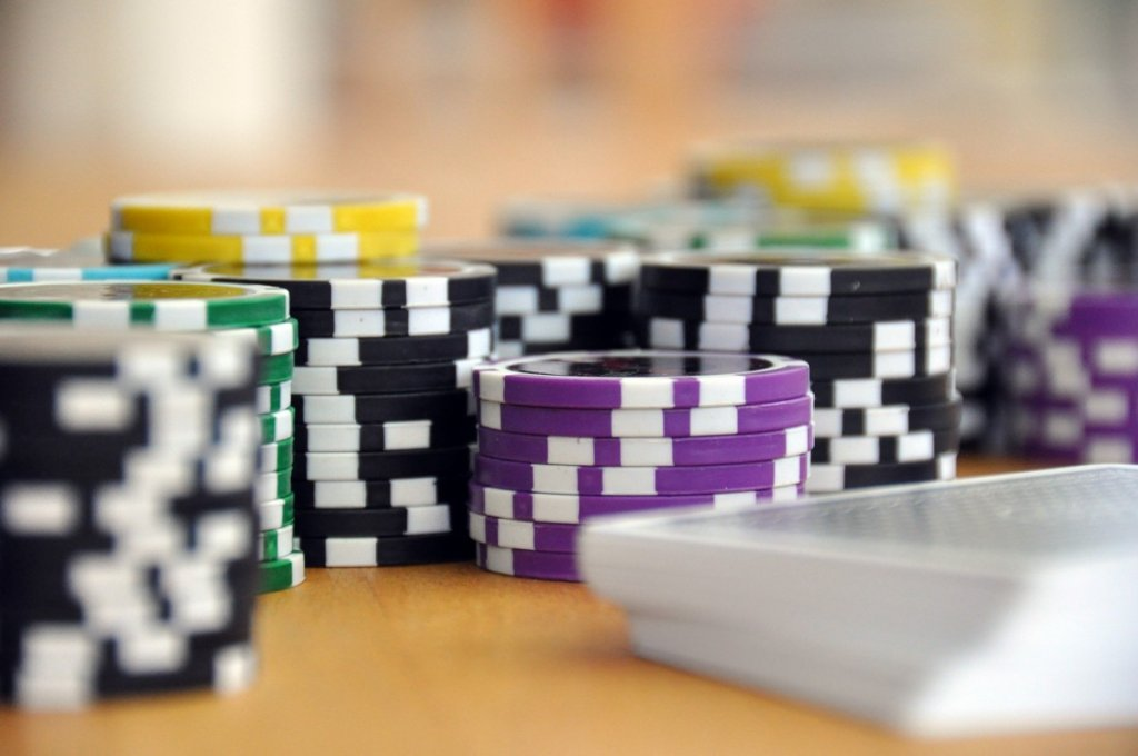 play_card_game_poker_poker_chips_chips_cards_gambling_casino-764589 (1)