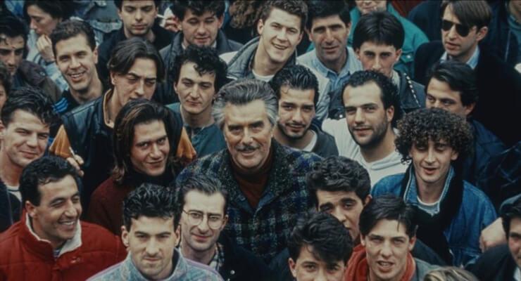 Vincenzo Muccioli in mezzo ai ragazzi della comunità (SanPa, Netflix)